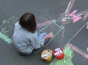 Kind malt mit Kreide
